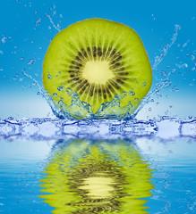 Kiwi wpadające do wody