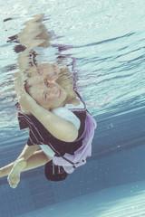 Junge Frau im Dirndl Unterwasser
