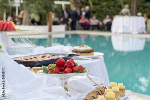 buffet di frutta e dolci in piscina