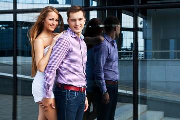 Красивые и молодые парень с девушкой