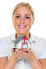 Frau hält Haus in der Hand