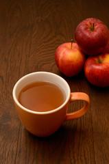 Apfeltee mit frischen Äpfeln