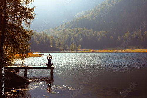 Poster Meditation und Yoga bei Sonnenuntergang zu üben