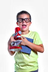 bambino con libro e mcroscopio