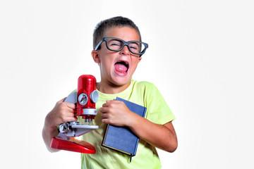 bambino con libro e microscopio