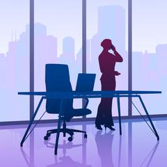 Karrierefrau telefoniert am Fenster mit Wolkenkratzer-Panorama
