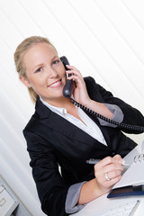 freundliche Frau telefoniert