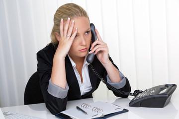 Frau mit Telefon im Stress