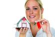 Frau mit Haus und Schlüssel