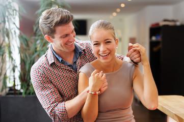 Junges Paar mit guter Laune