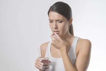 Attraktive Frau nimmt Medikamente