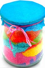 Bote de cristal relleno con tizas de colores