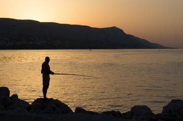 Einheimischer Angler vor Sonnenaufgang