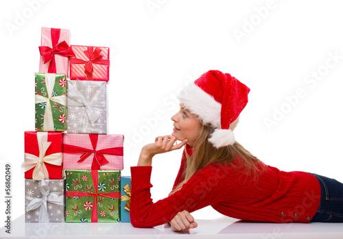 frau mit geschenken zu weihnachten