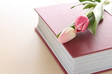 本とチューリップ