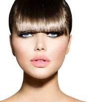 Fringe. Moda Modelo de la muchacha con el peinado de moda