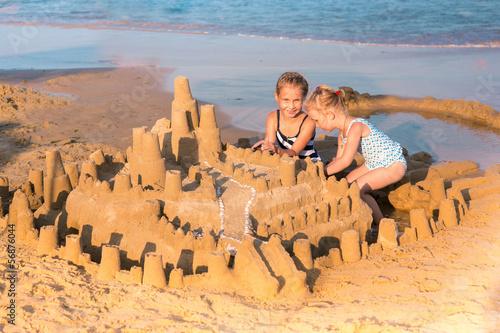 Urocze dziewczynki grające w seashore