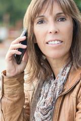 Businessfrau telefoniert draußen