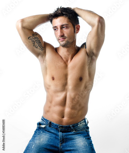 голые мужчины с поднятыми руками фото