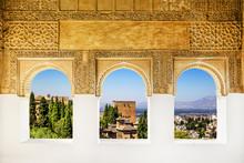 Okna w Alhambra, Granada, Hiszpania.