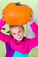 Mädchen mit Halloweenkürbis