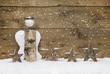 Weihnachtskarte mit Engel aus Holz als Hintergrund mit Schnee