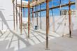 Bau eines Hauses - Innenaufnahme Rohbau mit Baustützen
