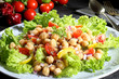 insalata colorata con ceci sfondo grigio