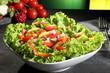 insalata colorata con mais sfondo verde