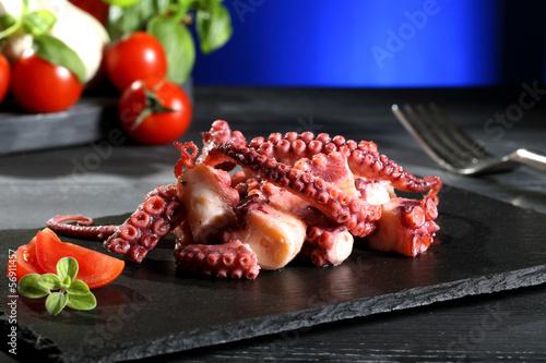 Staande foto Hot chili peppers insalata di polpo su pietra nera sfondo blue