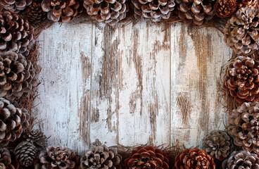 Cornice di pigne e aghi