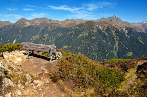canvas print picture Aussichtspunkt im Montafon Berge und Bank