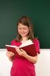 Schülerin liest aus einem Buch vor