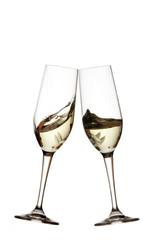 Bicchieri, brindisi vino bianco su sfondo bianco, cincin