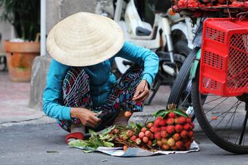 Vendeur ambulant au marché vietnamien
