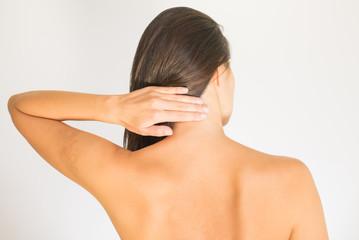 Frau mit Schmerzen im oberen Rücken und im Nacken