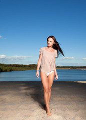 Hübsche Frau am Strand