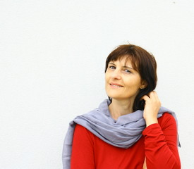 femme brune souriante,quarantaine