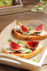 Bruschetta with figs, goat cheese and caramelized tomatoes