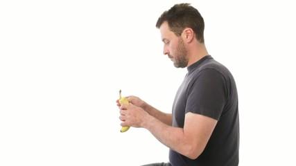 Mann isst Banane, schmeisst Schale weg