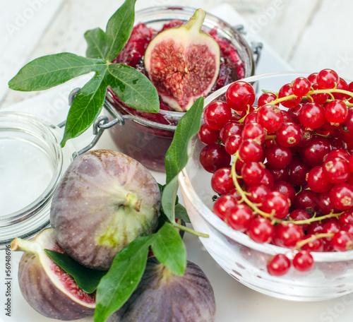Frisch gekochte Johannisbeer-Feigen-Marmelade