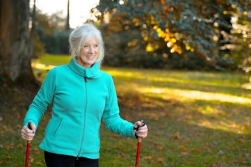 Rentnerin genießt Bewegung in der freien Natur