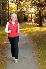 Sportliche Seniorin beim Walking