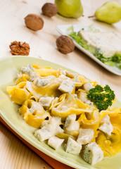Tortelloni ripieni con gorgonzola e noci, close-up, fuoco selett