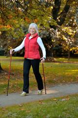 Sportliche Seniorin im Wald