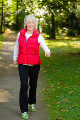 Aktive Seniorin beim Walking im Wald