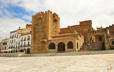 Plaza Mayor de Cáceres, Torre de Bujaco y arco de la estrella