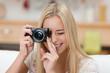 lächelnde junge frau fotografiert