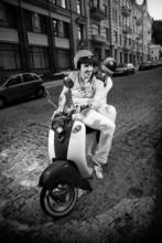 Czarno-białe zdjęcie mężczyzny jazdy dziewczyny na skuterze