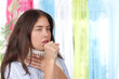 Junge Frau hustet - woman coughing